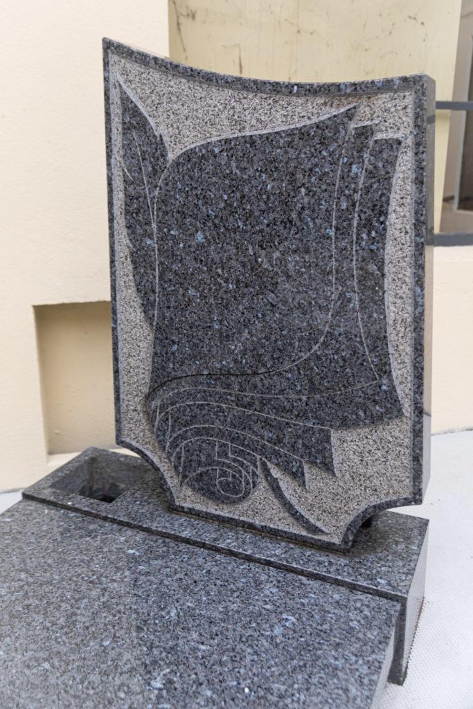 monument funeraire granite bleu parchemin ecriture plume